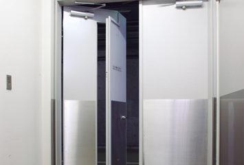 開放軽減機構付き鋼製ドア エア・バランサー4