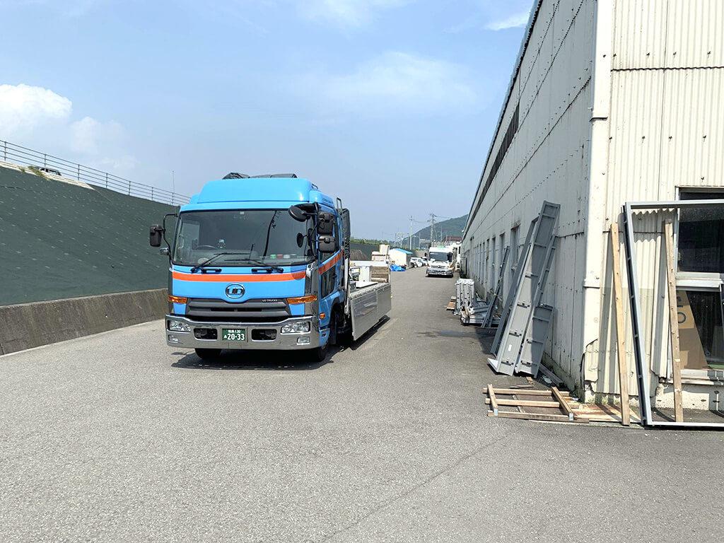 自社の青い大型トラック